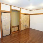 左から収納、床の間、入口の襖