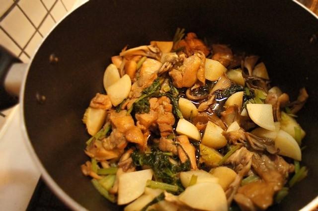 かぶ、鶏肉、お野菜の余り物を甘辛く煮ているとのこと