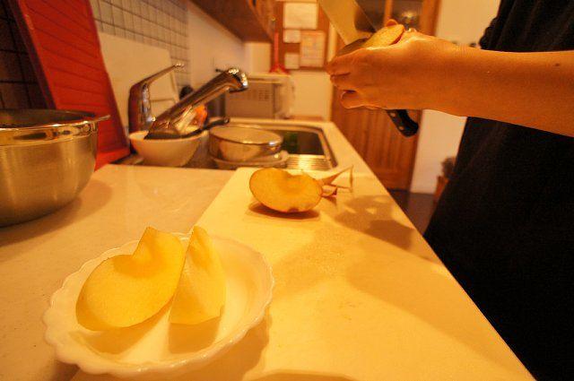 リンゴを切っている様子