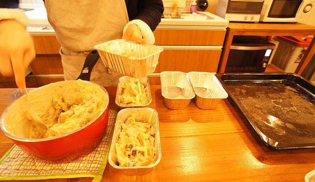 オーブンで焼くためにアルミ皿に具を入れている様子