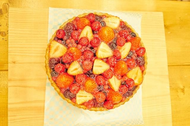 イチゴとベリーのケーキ