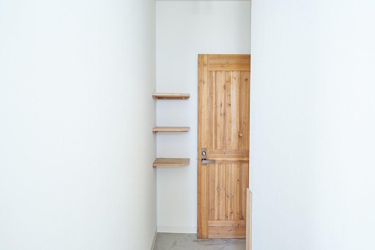 205号室:入り口の棚