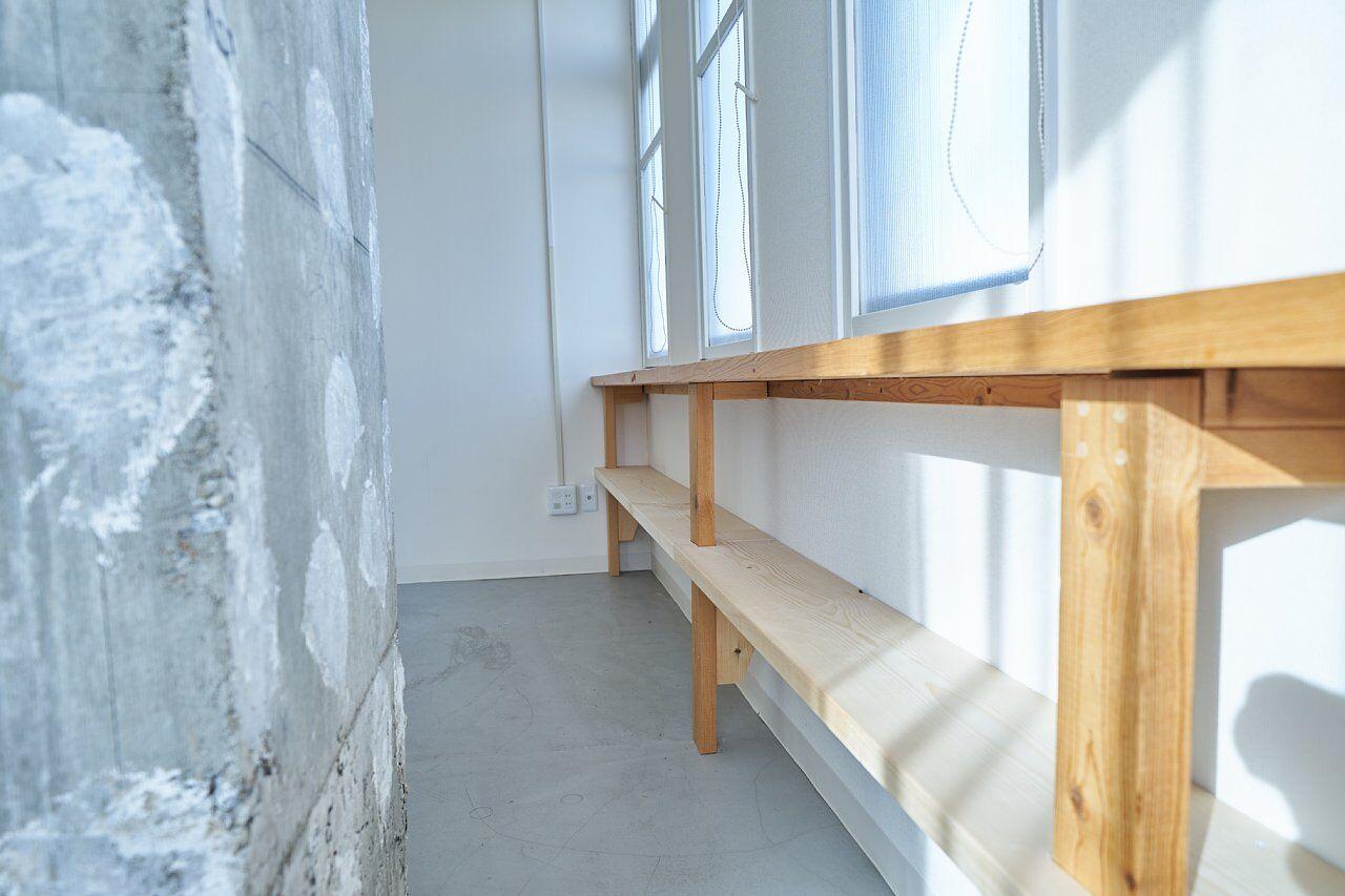 205号室:窓下の棚