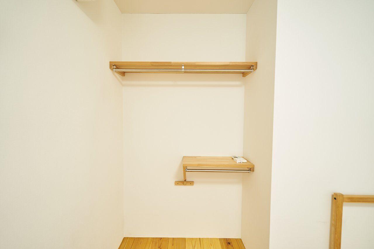 収納棚と2段のハンガーパイプ