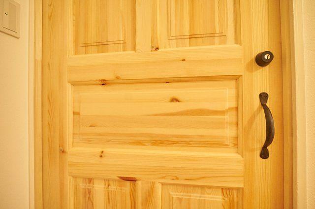 7017号室:入口の無垢材ドア