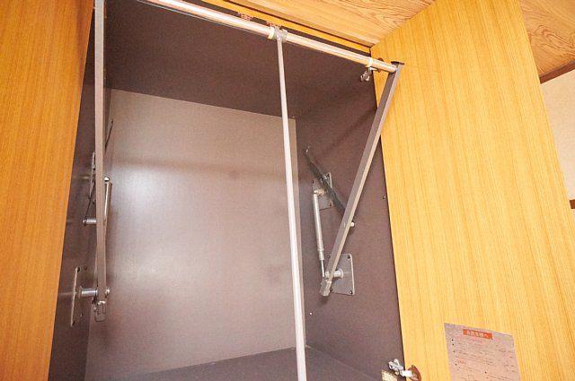 7017号室:壁収納上段のハンガーパイプ