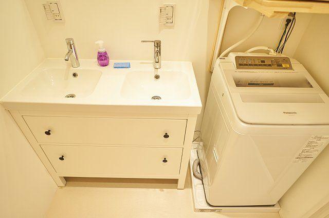2連の洗面台と洗濯機