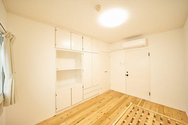 7012号室:中央左側が収納、中央右側が入口ドア