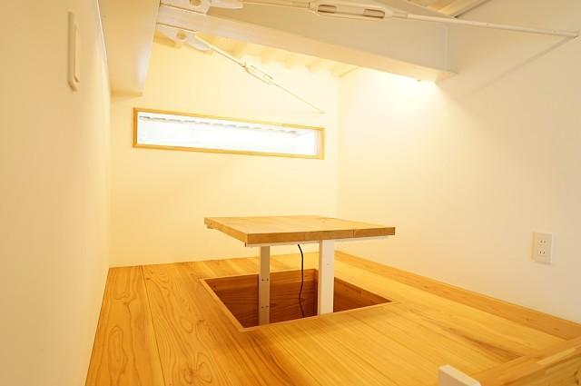 ロフトの上 掘りごたつ風のヒータが付いた机