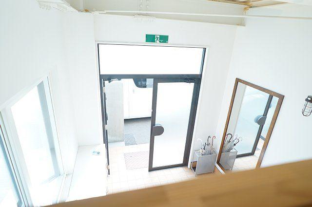 ロフトの室内窓から見えるシェアハウス玄関の様子