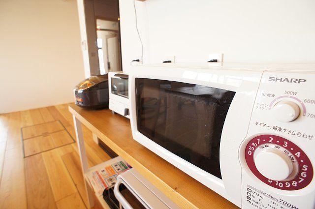 上段には左から炊飯器、トースター、電子レンジ