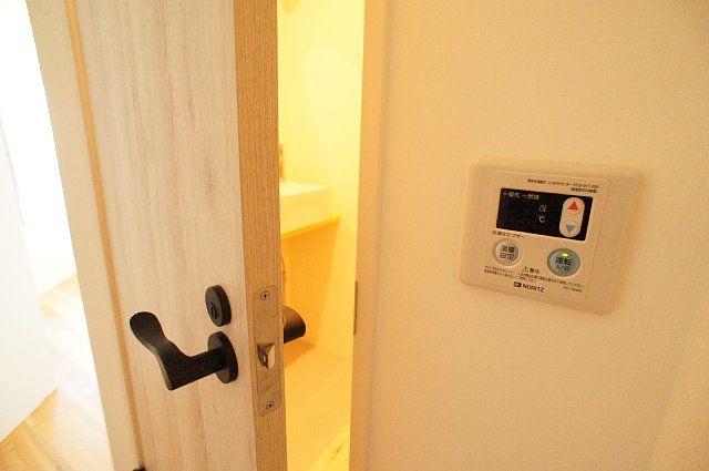 シャワールームの扉を空けた様子