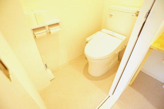 引戸を開けた左側のトイレ