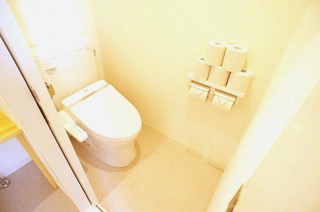 右側のトイレ 引戸を開けた様子