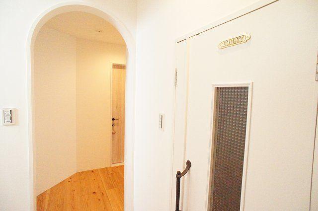 2階のアーチと廊下