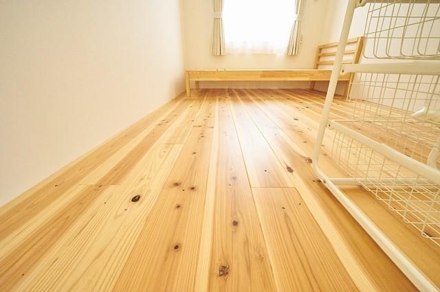 14号室:床は国産杉の無垢板